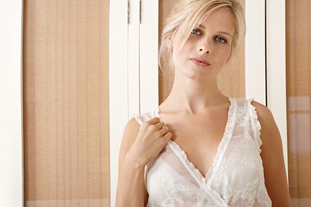 Kvinde iført en smuk chemise